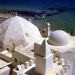 Bianchi tetti della Medina si specchiano nel bel mare di Hammamet