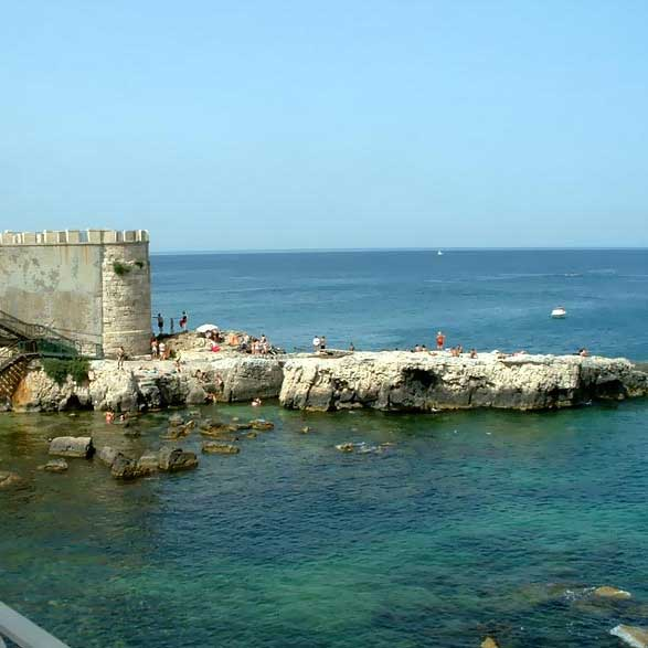 The teeny tiny tout faire monthly travel wish list for Siracusa vacanze mare